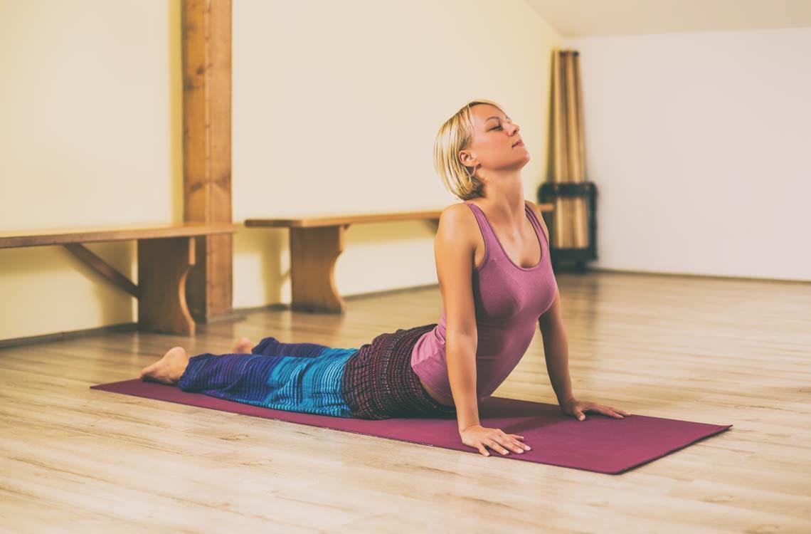 Una chica hace ejercicios para fortalecer la espalda